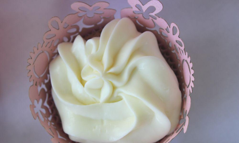 Hochzeitstisch in Pink mit Schoko-Nuss-Cupcake