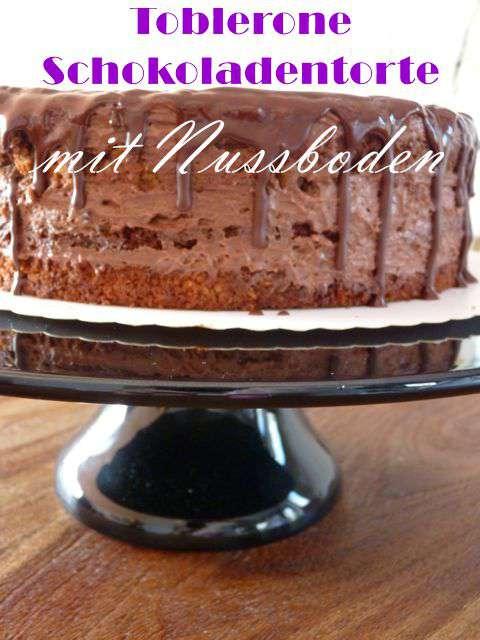Ein Geburtstagstisch für eine Freundin gefüllt mit einer Toblerone Schokoladentorte, Snickers Cupcakes