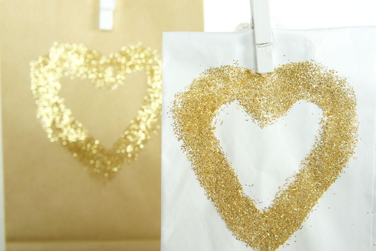 diy_tuete_mit_gold_glitzer_herz_mitbringsel_geschenk_1
