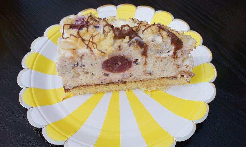 Kirsch Stracciatella Tort auf gelben Teller von Meri Meri