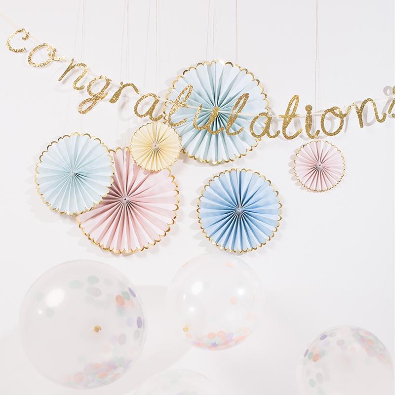 papierrosetten_pastell_mintgruem_rosa_gelb_blau_girlande_congratulations_konfetti_luftballons
