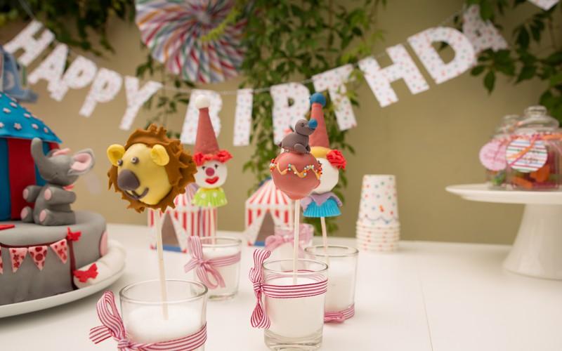Cake Pops für eine Zirkus Geburtstagsparty